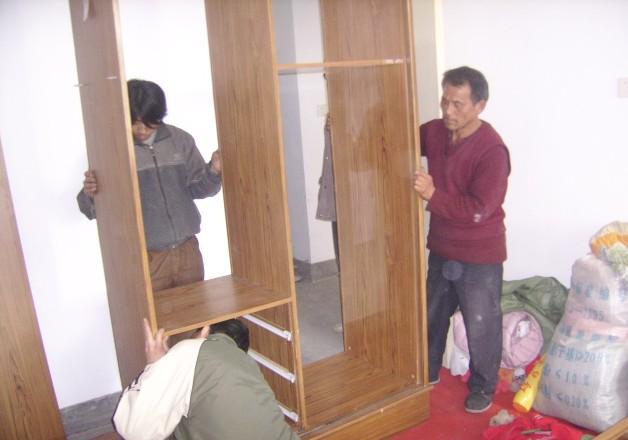 专业人员拆装家具